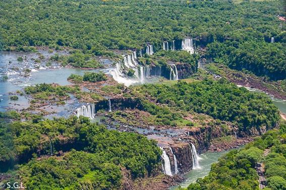 Vista aerea desde un helicoptero de las cataratas Iguazu