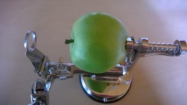 Mit eingespannten Apfel bereit zum Schälen
