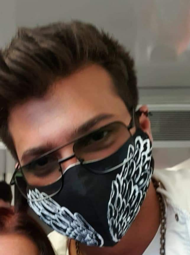 Can Yaman arrives in Italy, bath of crowd under the hotel where he is staying, the first images of the actor in Rome.
