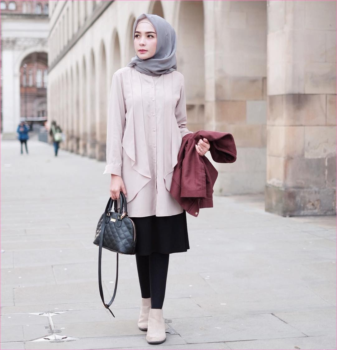 Outfit Baju Traveler Berhijab untuk Keluar Negri Ala Selebgram 2018 flats boots top blouse baby pink cardigan jacket merah bata slingbags rok legging hitam hijab square ruby abu muda ciput rajut krem ootd outfit trendy coat