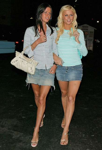 Walking Hand In Hand - Sexy Girls Paris Hilton And Nicole -8811
