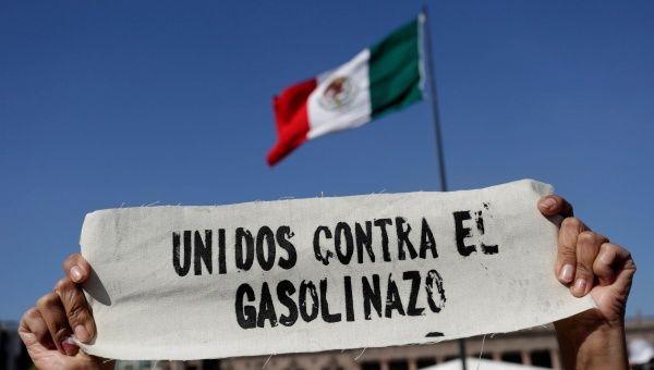 """Padres de los 43 de Ayotzinapa se unen a las protestas contra el """"gasolinazo"""""""