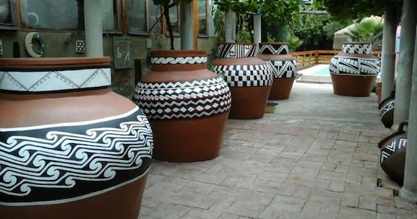 vista tinajas de greda en patio