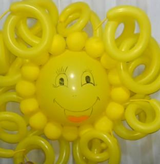 Große gelbe Sonne aus Luftballons.