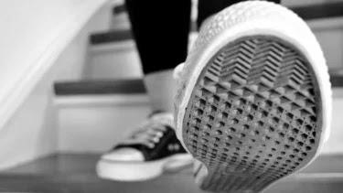 Studi: Sepatu Bisa Menularkan Virus Corona