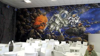 Malowanie sali zabaw w tematyce kosmicznej, malowanie scian w bawialni, aranżacja bawialni, tematyka kosmiczna, sala zabaw w Grudziądzu malowanie sal zabaw