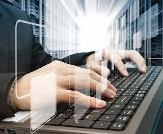orang memegang papan keyboard laptop