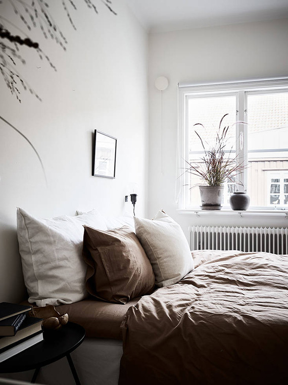 Bedroom with brown linen bedding. Photo by Jonas Berg, styling by Grey Deco for Stadshem