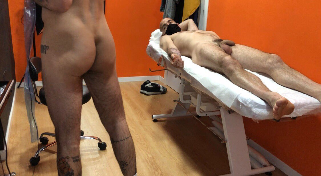 clientes desnudo y el tatuador igual
