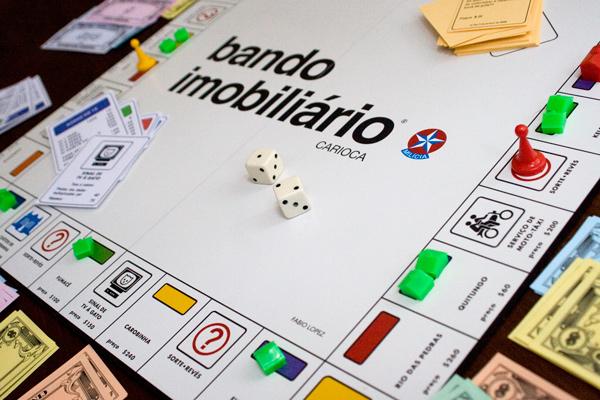 """Imagem do tabuleiro """"Banco imobiliário carioca"""" - é o mesmo projeto gráfico do jogo clássico da estrela, mas com o contexto de locais do Rio de Janeiro."""