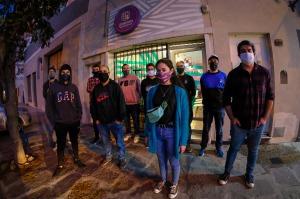 """Un grupo de 60 jóvenes marplatenses que forman parte de la ONG """"Jóvenes Solidarios"""" lanzaron una campaña a la que denominaron """"Héroe Colectivo"""" con el objetivo de recolectar alimentos, elementos de higiene y viandas para ser distribuidos en distintos barrios de esa ciudad balnearia en el marco de la pandemia del Covid-19.  La voluntaria de esta ONG que tiene 17 años de existencia en la ciudad, Milagros Santeiro contó a Télam que """"la propuesta comenzó a principios del mes de abril vendiendo ilustraciones solidarias de distintos artistas para comprar alimentos y productos de higiene, donde recaudamos cerca de 65 mil pesos"""".  """"Ante la crisis sanitaria que atraviesa gran parte del mundo a raíz de la pandemia por el Covid-19, nosotros convocamos a la comunidad a participar de la campaña con la intención de generar una colecta para quienes hoy más lo necesitan"""", sostuvo.  Además de las donaciones económicas, realizan viandas que son repartidas a los vecinos de los barrios Regional, Parque Peña y Centenario.  """"Ya hemos repartido más de 6.200 viandas las que son entregadas personalmente en estos lugares vulnerables de nuestra ciudad, haciendo que la gente tenga un alimento fresco y rico en proteínas para afrontar esta pandemia mundial"""", enfatizó.  Santeiro manifestó que quienes quieren colaborar lo pueden seguir haciendo mediante la pagina web www.jovenessolidarios.org.ar o """"alcanzándonos alimentos, elementos de higiene y limpieza, ropa de abrigo y frazadas a nuestra sede que se encuentra ubicada en la calle Matheu al 3100 los días viernes de 14 a 17 horas"""".  Por su parte otro colaborador, Sebastián Olivera puntualizó """"en cada barrio asisten entre 300 y 500 personas las que retiran sus viandas y se las llevan al domicilio para consumir"""".  """"En estos días hemos implementado la donación de platos hechos en casa por lo que repartimos más de 4.000 canelones, 1.500 sandwichs de milanesa y unas 2.500 empanadas de carne"""", dijo.  """"Mientras esta pandemia continúe seguiremos colaboran"""