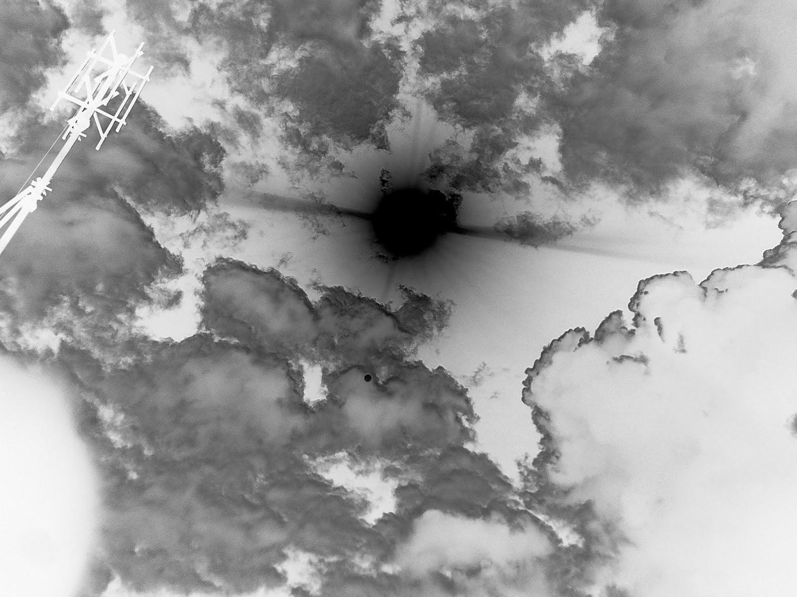 Extraño objeto no identificado o planeta cerca al sol foto en negativo