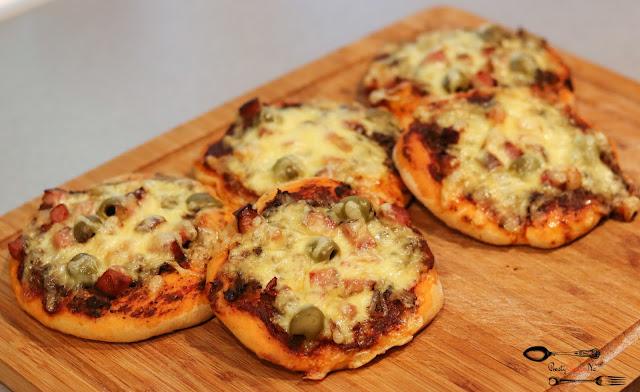 przekąski, pizzerinki, pizzerinki z boczkiem, pizzerinki z kiełbasą, mini pizze, drożdżowe pizzerinki, drożdżowe mini pizze, pizzerinki z serem i oliwkami,