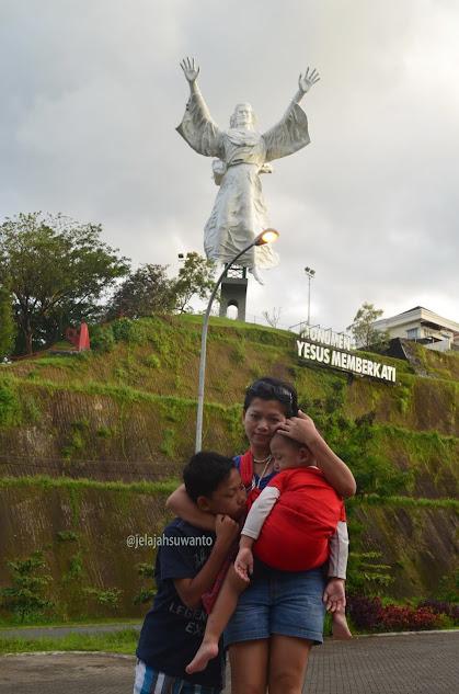 Singgah sejenak di Monumen Yesus Memberkati pada suatu senja di awal tahun 2014 || jelajahsuwanto