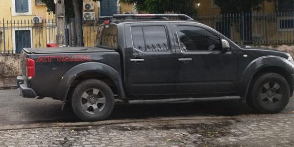 Motorista 'tranca' garagem de colégio e causa transtornos