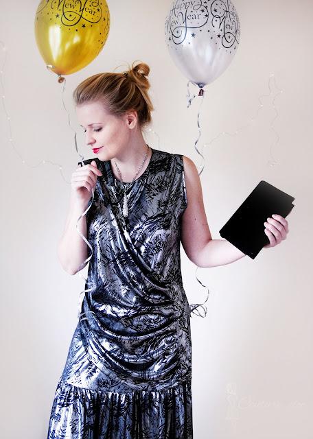 srebrna sukienka z czarnym motywem
