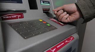 Consejos para ahorrar dinero. Cajero automático. Mano retirando tarjeta