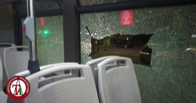 Lancio di sassi contro un bus Atac