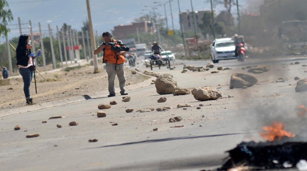 La periodista Daniela Rojas y el camarógrafo Alberto Delgadillo son vistos en la zona K'ara K'ara, de la ciudad de Cochabamba, antes de ser agredidos / NOÉ PORTUGAL / OPINIÓN