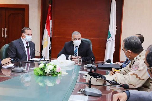 محافظ سوهاج والجامعة والهيئة الهندسية للقوات المسلحة يبحثون آليات تطوير الريف المصري