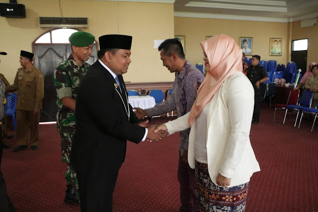 Walikota Tanjungbalai H M Syahrial,SH,MH saat melantik Ruri Prihatini Lubis,SS,M.Si menjadi Direktur PDAM Tirta Kualo, Tanjungbalai di Aula I Kantor Walikota Tanjungbalai