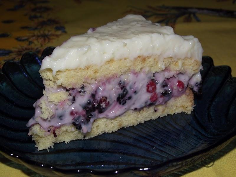Торта с млечен крем и горски плодове