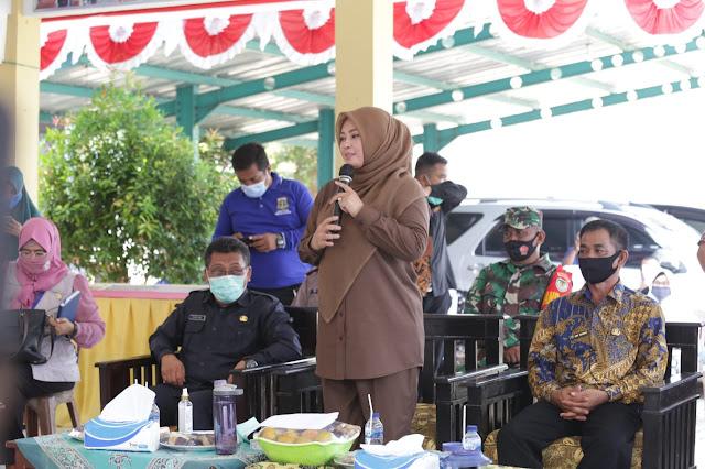 Bupati Pandeglang, Irna Narulita saat melakukan kunjungan kerja (kunker) ke Kecamatan Angsana, Kamis (06/08/2020).