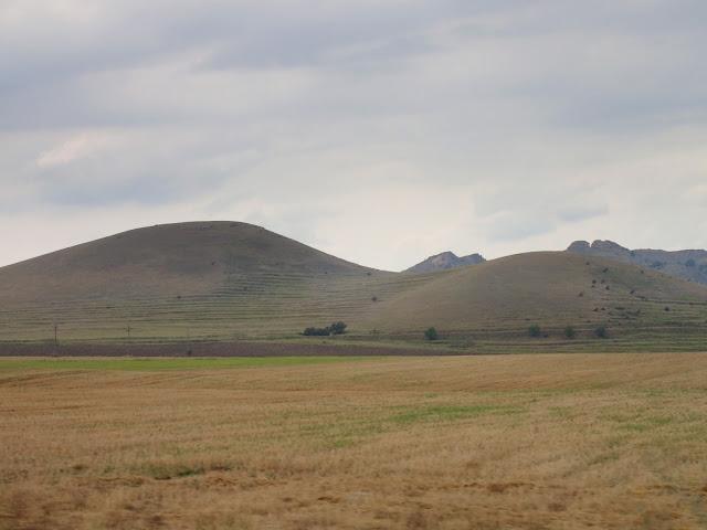 Dobrudża (południowo-wschodnia Rumunia) jest pagórkowatym terenem (lipiec 2017)