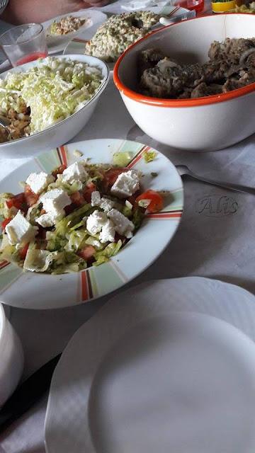 sałaty z fetą, gyros z kurczakiem, tradycyjna warzywna i ryba w zalewie octowej