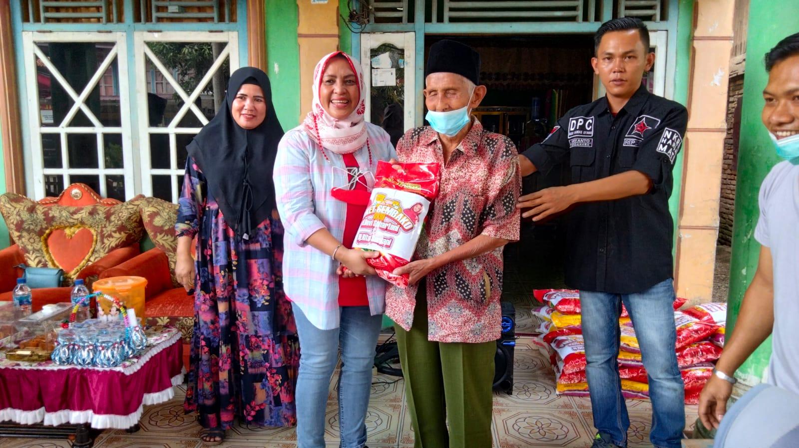 Rita Devi Suhartoni  saat mebagikan beras di Desa Rantau Kadam. (Poto/Ist)