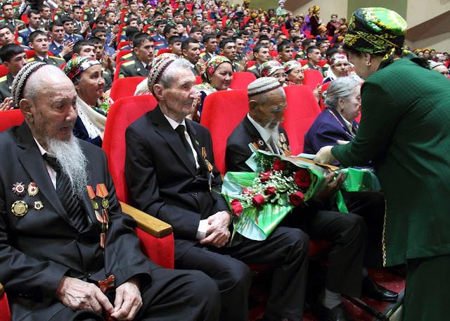 Туркменских ветеранов вынудили заплатить за подарки от президента