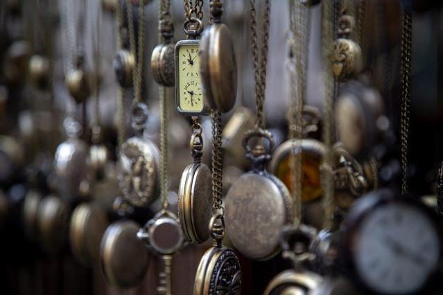 Nombreuses montres suspendues.