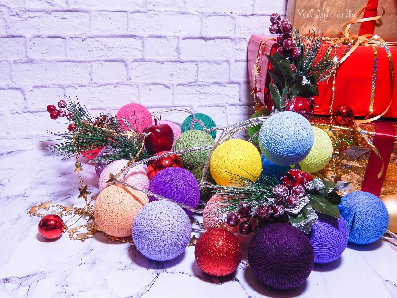 9 nietypowe prezenty z okazji świąt co kupić dzieciom pod choinkę na mikołaja kolorowe lampki dekoracja domu na święta cotton ball lights melodylaniella blogerka podpowiada co kupić na święta