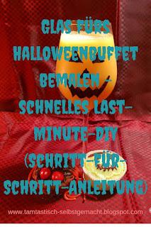 als-Kürbisgesicht-verziertes-mit-orangem-Inhalt-gefülltes-Glas-mit-Blogtitel:Glas-fürs-Halloweenbuffet-bemalen-schnelles-Last-Minute-DIY-(mit-Schritt-für-Schritt-Anleitung)