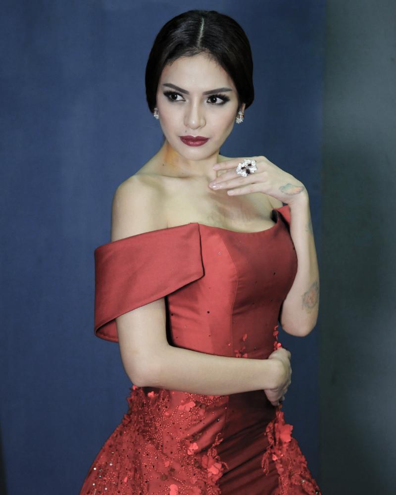 Nikita Mirzani seksi seksi in red dress