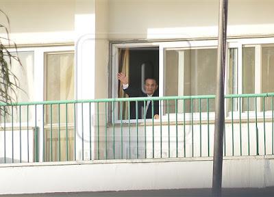 تجمهر العديد من الناس حول مستشفى المعادى العسكرى حتى خرج لهم مبارك من النافذ فماذا فعلوا وماذا حدث مفاجأة