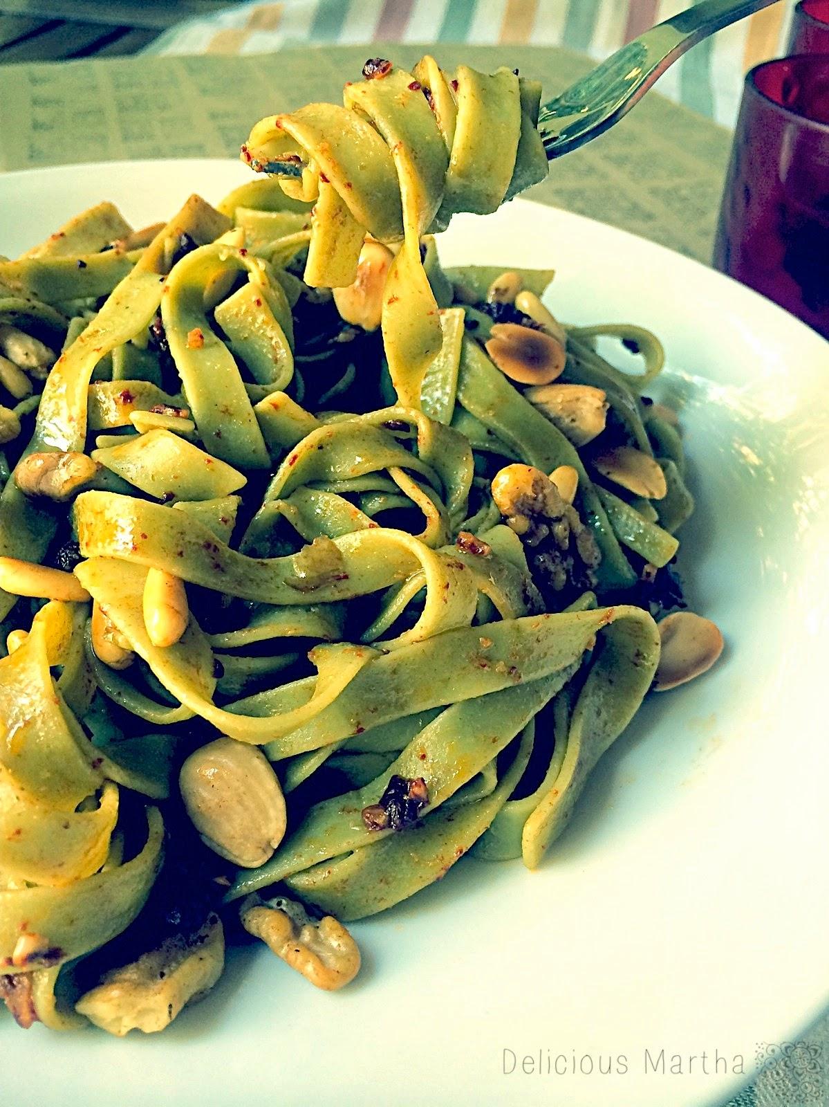 Tagliatelle en salsa de ñoras y ajo con frutos secos