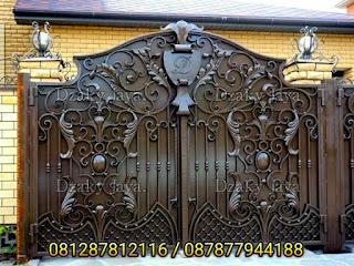 Model pagar klasik mewah dengan ornamen daun 3D yang membuat rumah klasik lebih mewah dan indah.