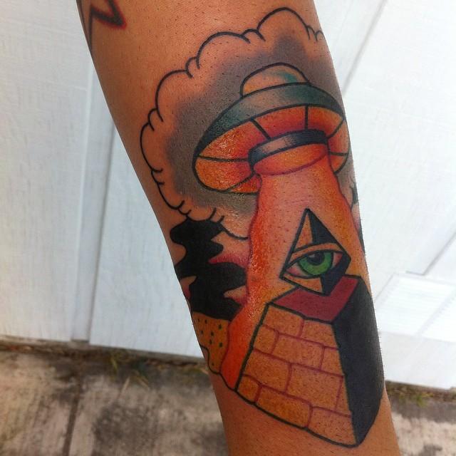Diseños de tatuaje de pirámide con la acción del UFO