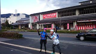 小田原鈴廣のかまぼこ店前でポーズを取るランナー女子2名