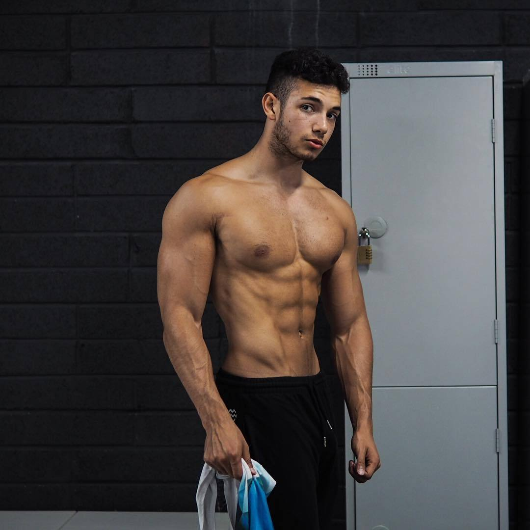 cute-strong-bad-boys-kyle-mullen-shirtless-beefy-young-hunk
