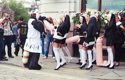 Lustige Frauen in Nonnen Kostümen