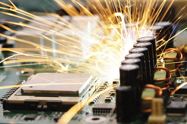 كيف يمكن أن يؤدي انقطاع التيار الكهربائي إلى إتلاف جهاز الكمبيوتر (وكيفية حمايته)