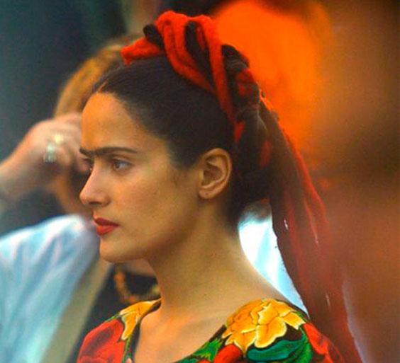 Salma Hayak no filme Frida, com penteado mexicano