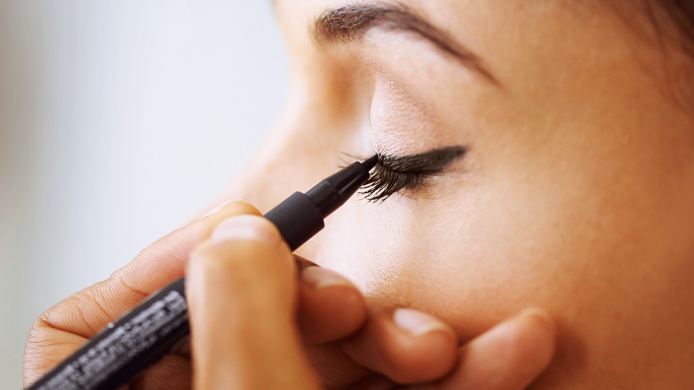 Eyeliner-Trick: Mit dem Bobby-Pin-Hack gelingt dir der Lidstrich