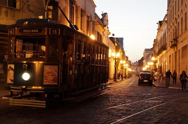 Bonde turístico passando pela Rua do Comércio, Santos-SP. Foto: Carina Pedro