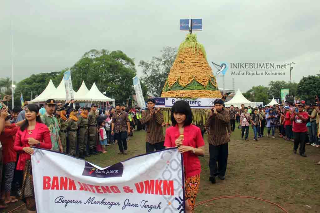 Gunungan Tahu Krakal Meriahkan Karnaval SCTV di Kebumen