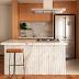 Cozinha americana pequena com madeira e mármore Calacata Paraná Nuvolato!
