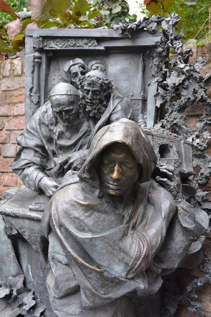 Rhein Promenade Dusseldorf statue