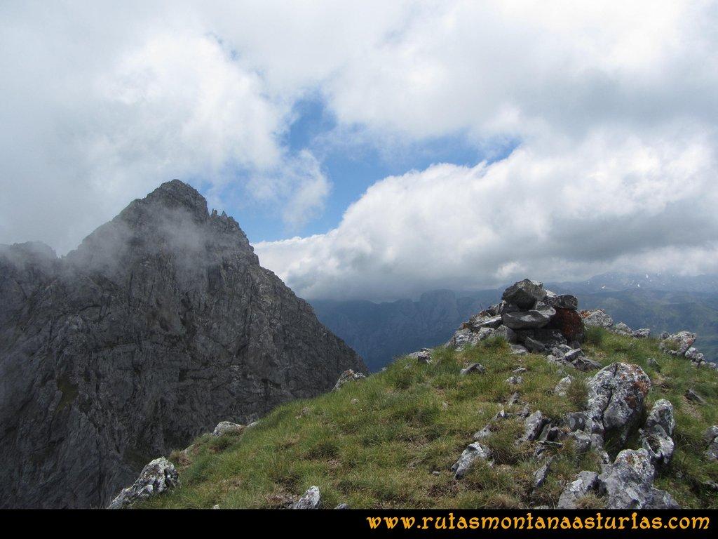 Ruta Tuiza Fariñentu Peña Chana: Llegando a la cima de Peña Chana con Siegalavá detrás
